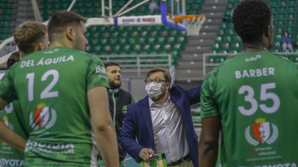 Roberto Blanco da instrucciones a los jugadores durante un partido.