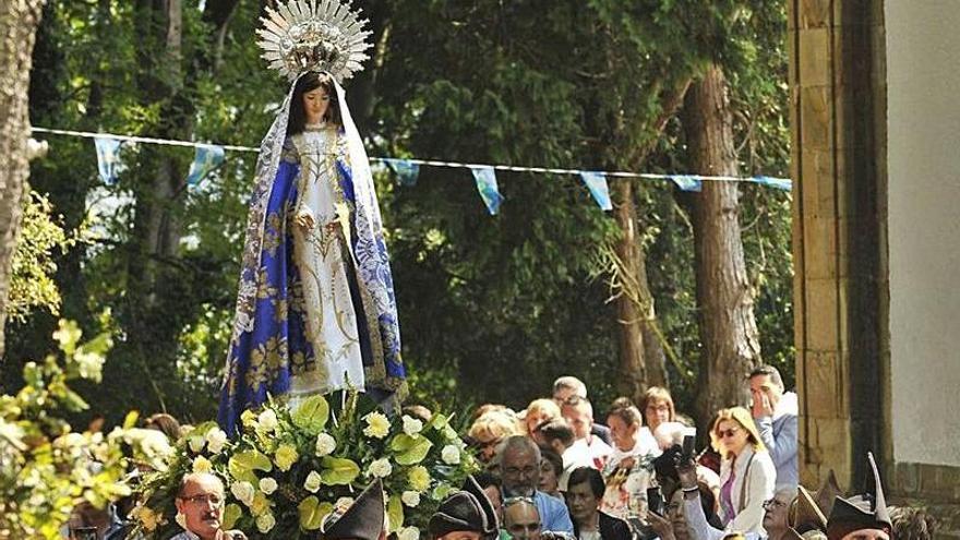 Las fiestas de El Carbayu, sin procesión pero con música y bollu