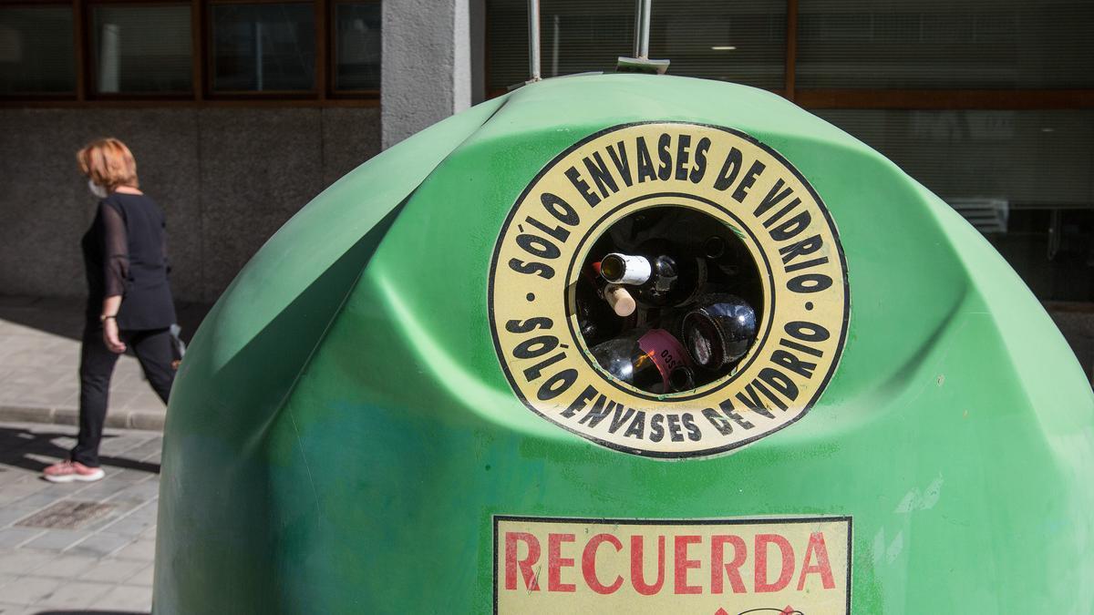 Un contenedor de reciclaje de vidrio que lleva tres noches totalmente lleno en Benalúa