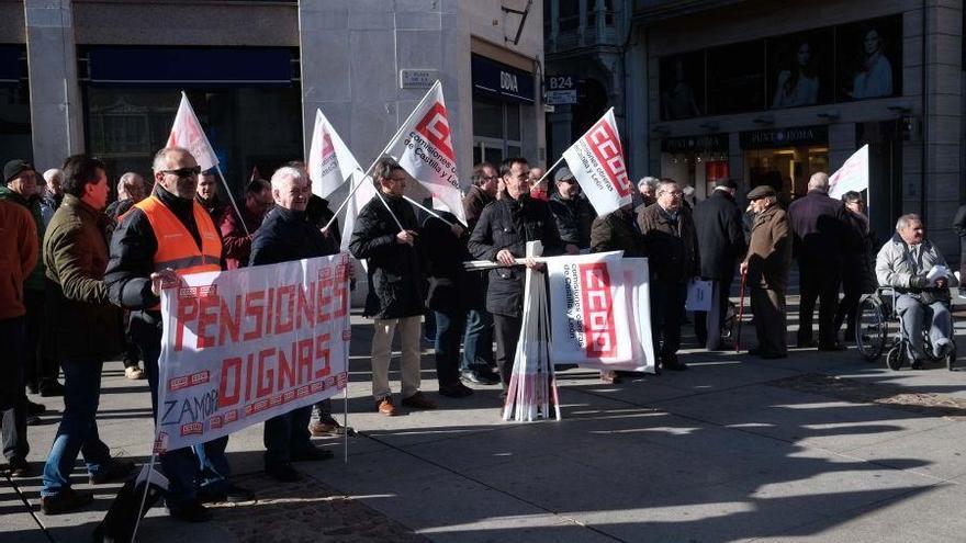 La concentración por las pensiones de CC OO Zamora reúne a unas 50 personas