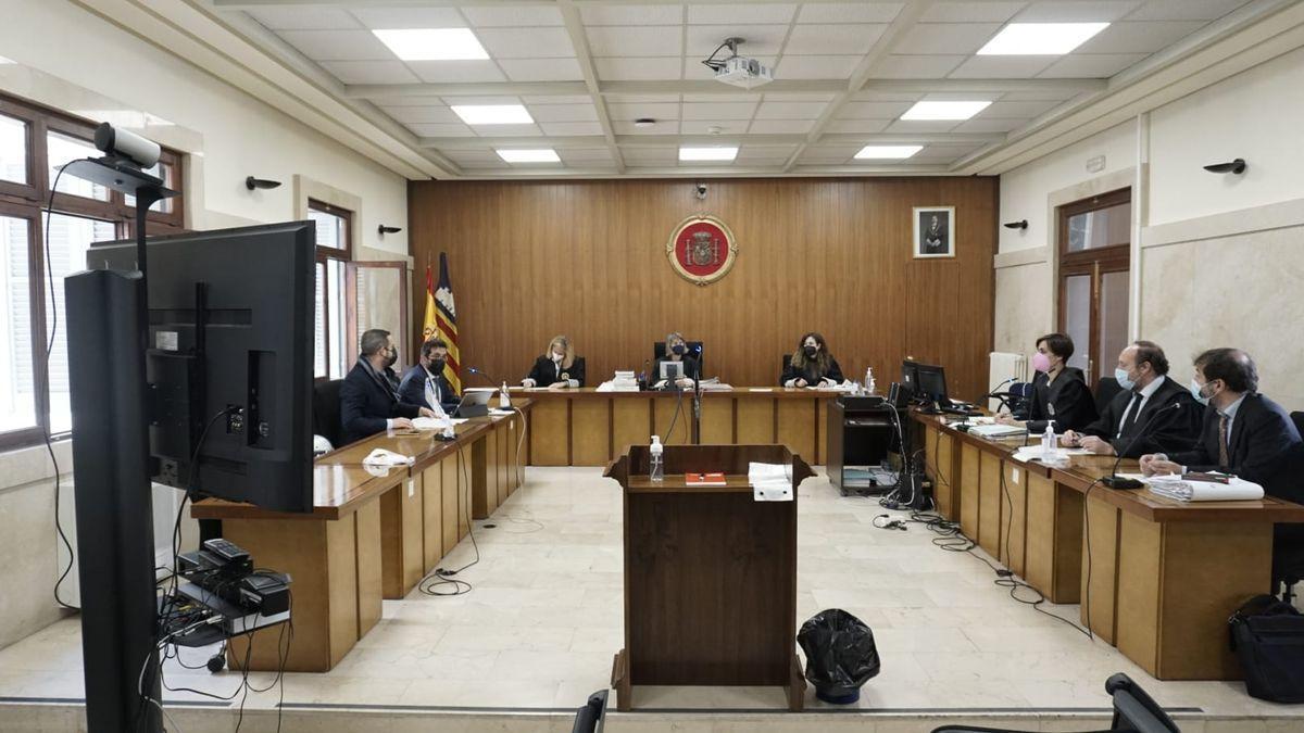 Condenan a dos años de prisión a dos neonazis que causaron graves lesiones a un portero negro de s'Arenal.