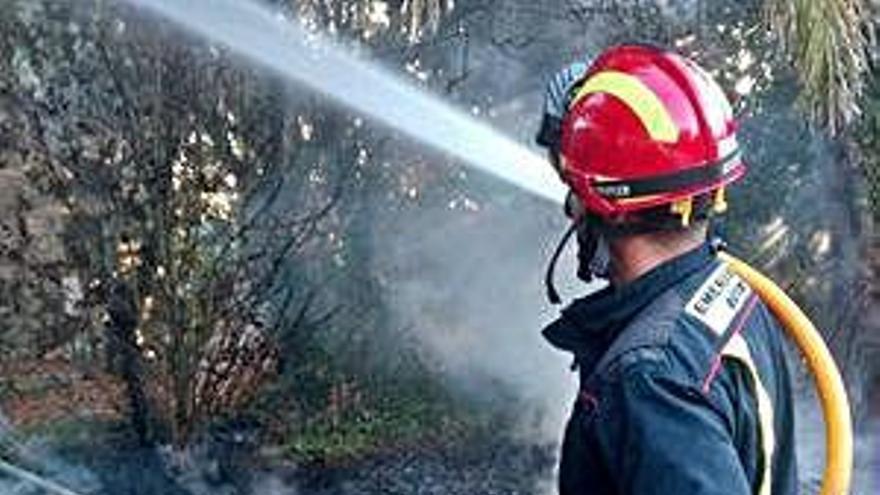 Emerxencias extingue un fuego en Dexo causado por una quema descontrolada