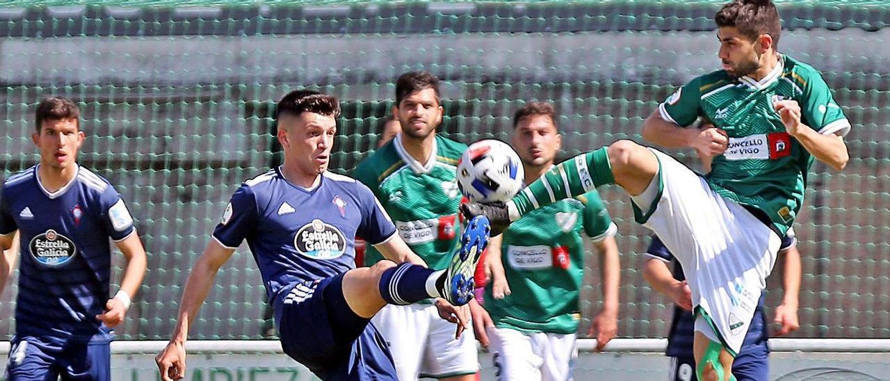Lautaro, del Celta B, y Manu, del Coruxo, disputan un balón en el derbi.