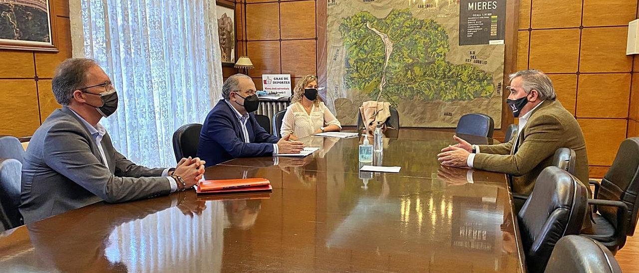 Aníbal Vázquez, a la derecha, conversa con José Manuel Ferreira, Nacho Iglesias y Leticia Fernández Mesa, responsables de la Cámara de Comercio de Oviedo.