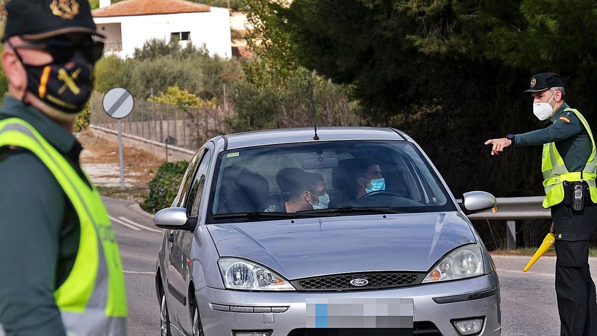 Una patrulla de la Guardia Civil realiza un control en la carretera que une Elda y Sax.