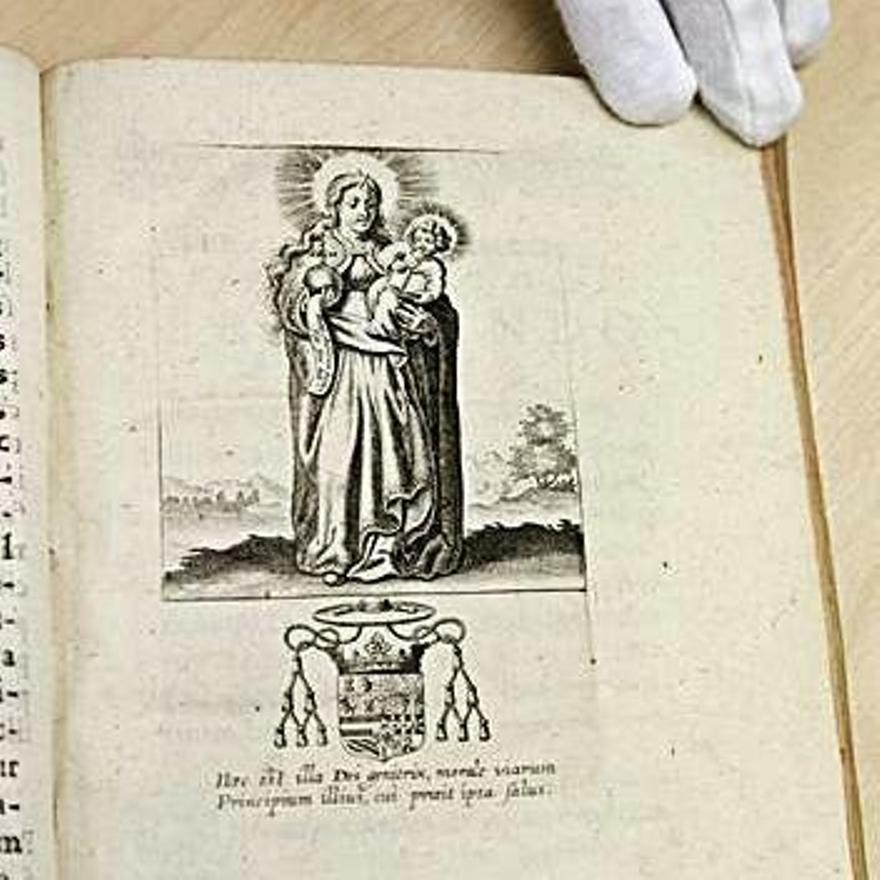 Páxina con un grabáu de la Virxe de Cuadonga talo como se representaba nel sieglu XVII.