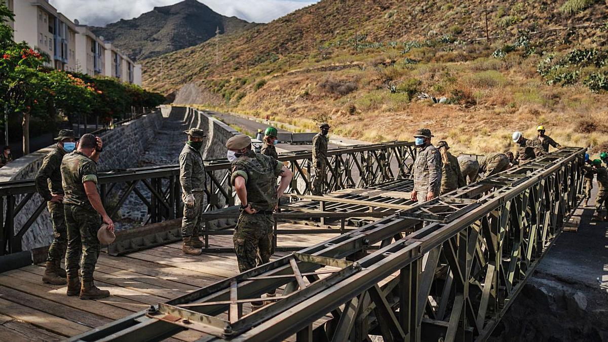 Ayer por la tarde, los soldados sortearon el desnivel de doce metros que separa las orillas del desfiladero de El Cercado.