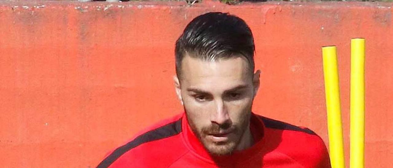 Xavi Torres conduce el balón en un entrenamiento.