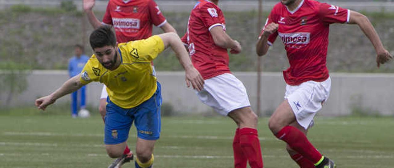 Néstor Gordillo, que ayer retornó al equipo tras su periplo en el Vecindario y Guijuelo, se va de tres contrarios.