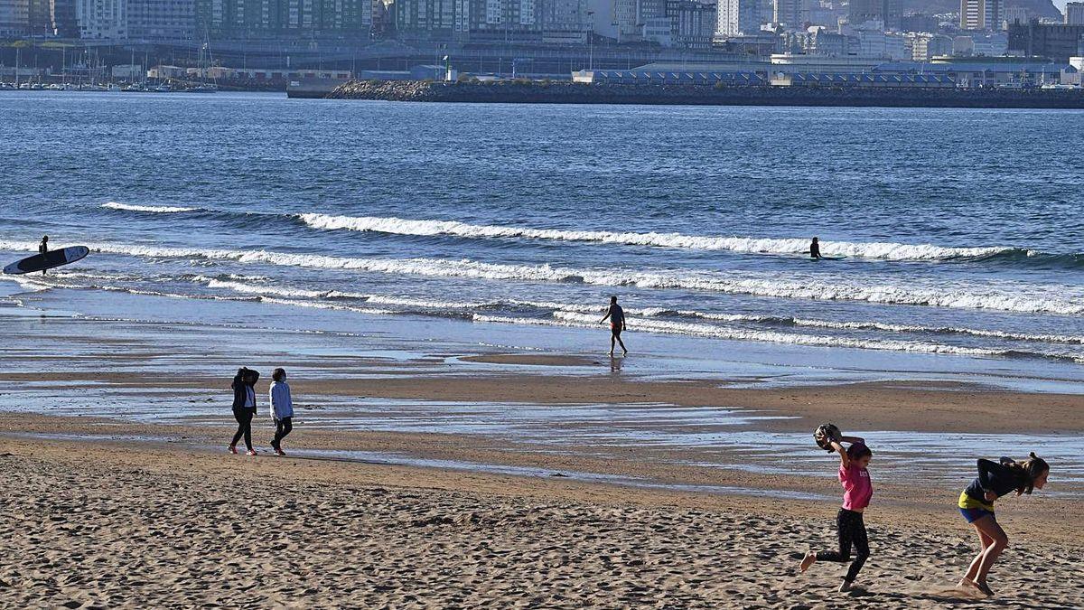 Usuarios de la playa de Bastiagueiro.