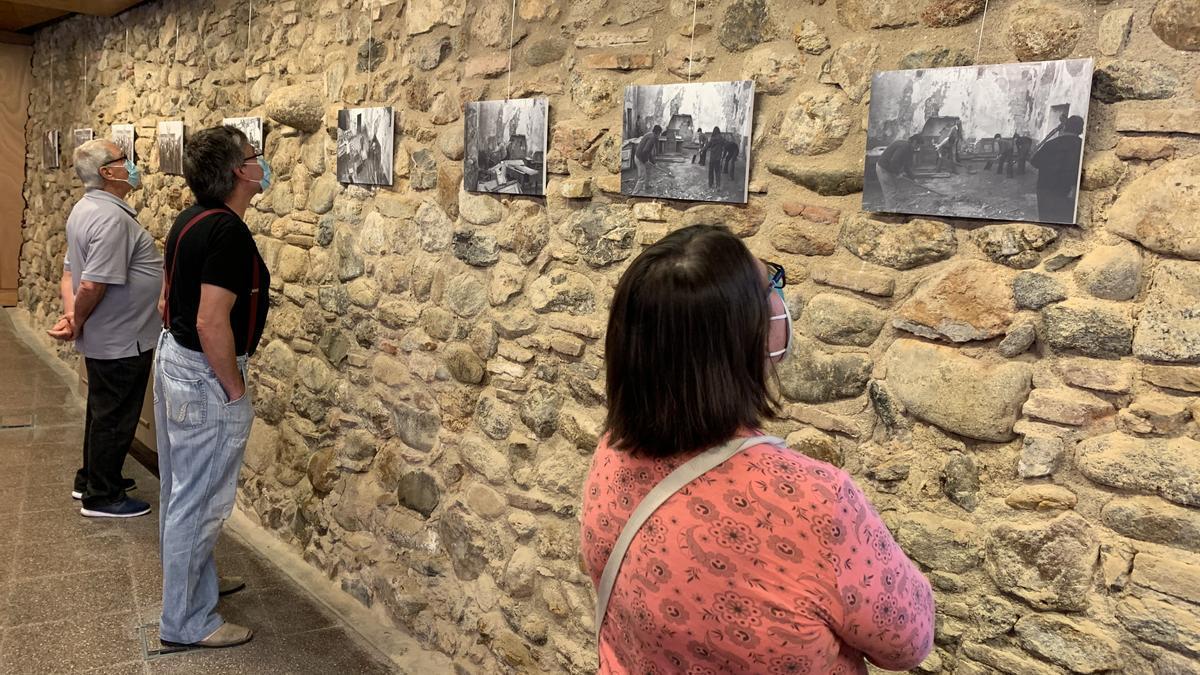 Visitants de l'exposició «1975. Memòria d'un salvament» a Peralada.