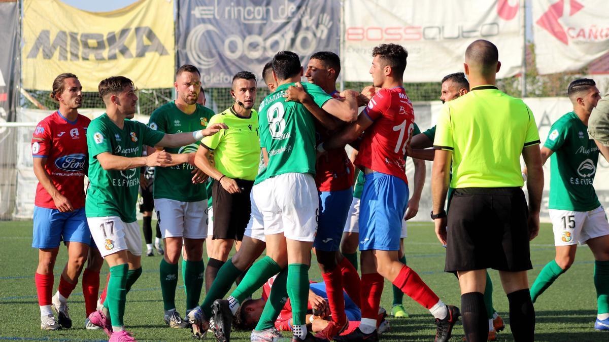 Tensión entre jugadors de los dos equipos.
