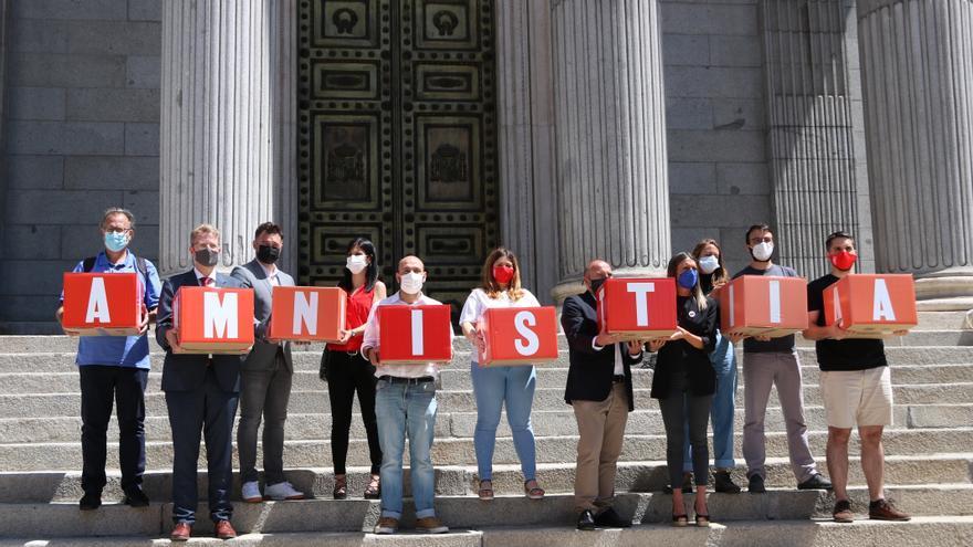 Òmnium i Amnistia i Llibertat porten al Congrés més de 200.000 signatures a favor de la Llei d'Amnistia