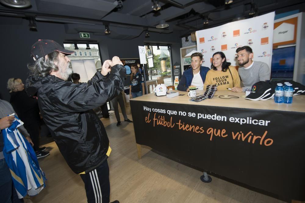 Encuentro con aficionados deportivistas para firmar autógrafos yy fotografiarse en la tienda Orange de la plaza de Pontevedra.