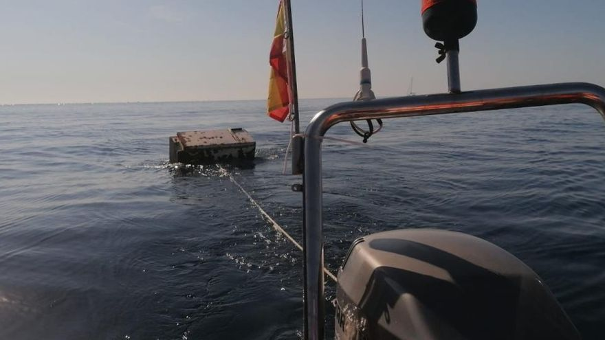 Retiran una voluminosa nevera que flotaba a la deriva en el Cap d'Or de Moraira
