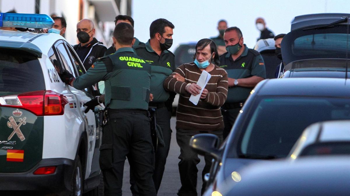 Efectivos de la Guardia Civil detienen a uno de los tres hermanos que residen en la localidad pacense de Los Santos de Maimona