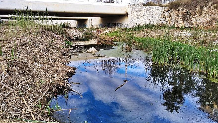 Un río de aguas negras en el Gorgos en Xàbia