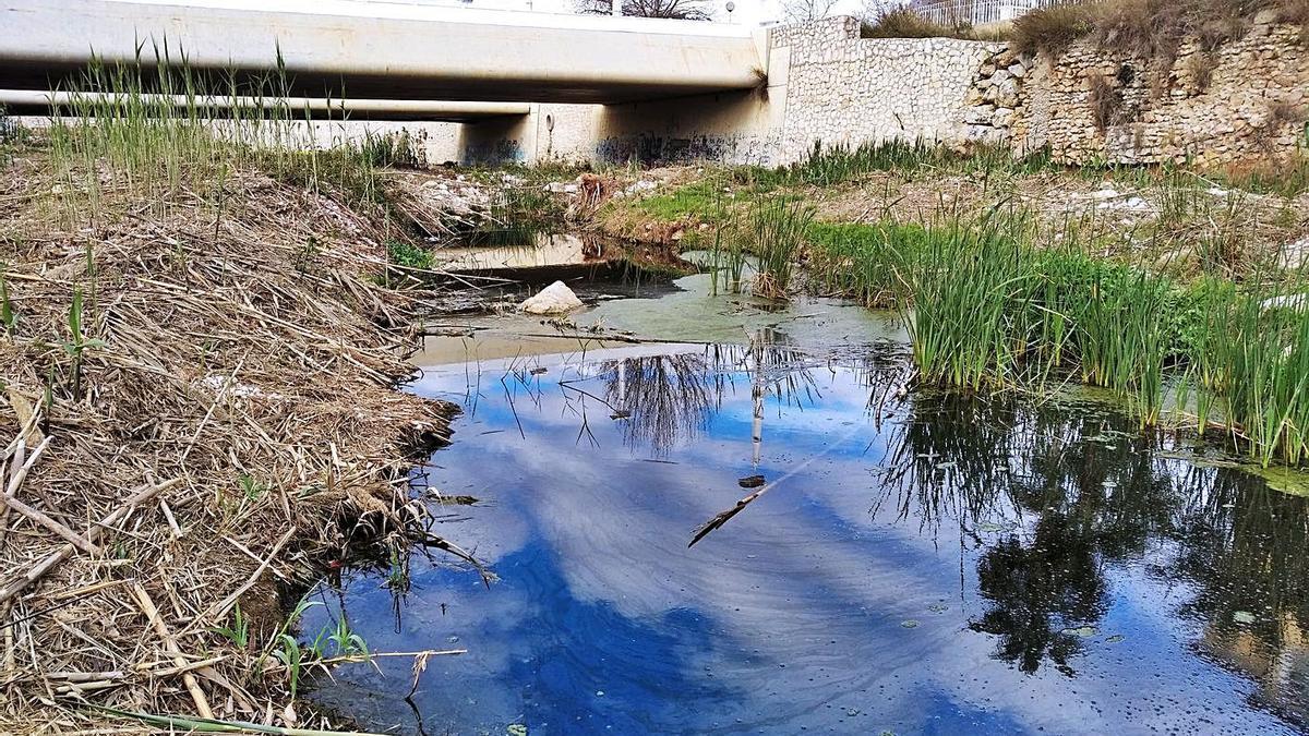 Las aguas fecales que contaminan la desembocadura del río Gorgos.   A. P. F.