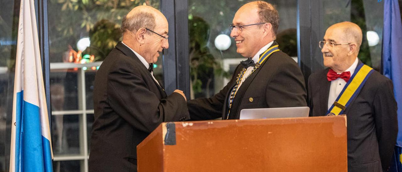 El anterior presidente, Salvador Ordóñez, entrega el collar a Philipp von Kapff.
