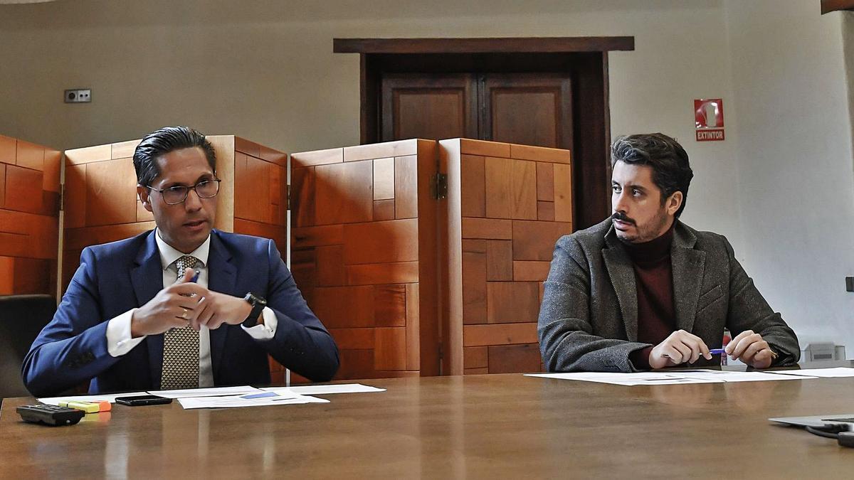 Alejandro Marrero, izquierda, junto al alacalde, Luis Yeray Gutiérrez