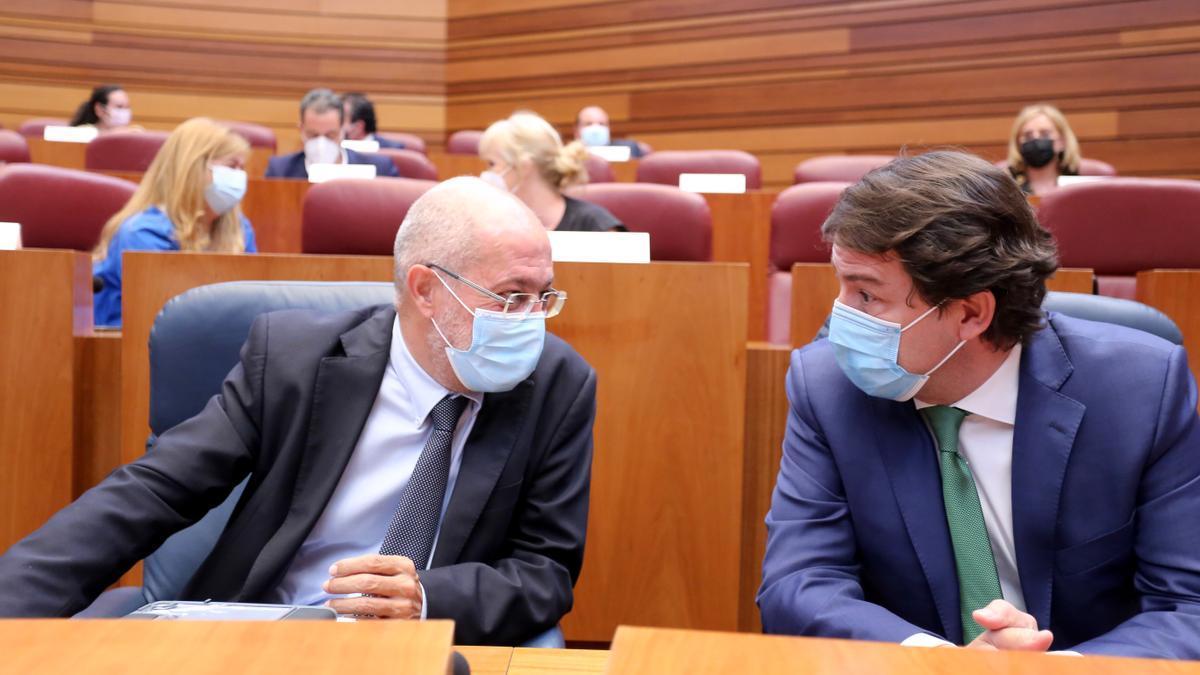 Igea y Mañueco durante la sesión de hoy en las Cortes de Castilla y León.