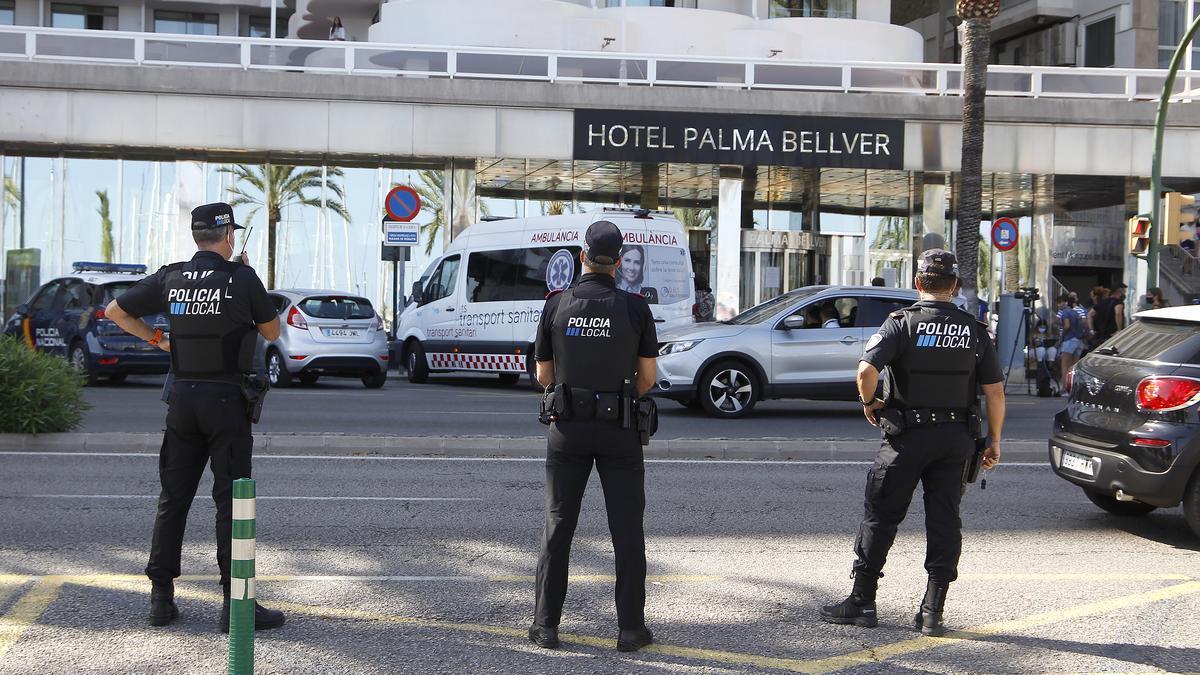 Policía local en la puerta del hotel Palma Bellver de Mallorca.