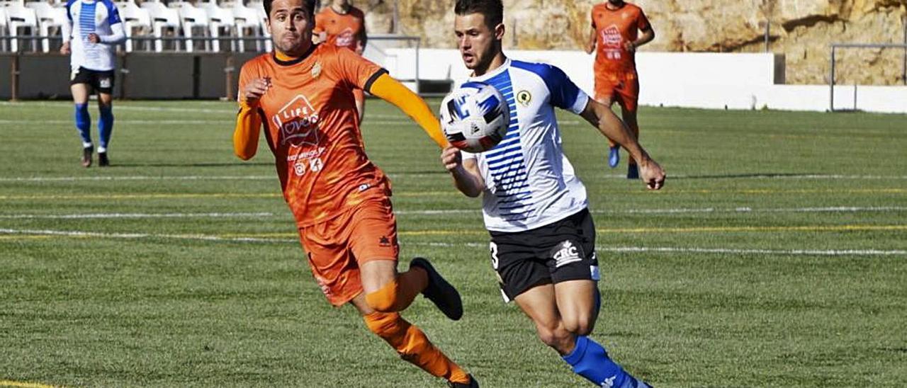 El Atzeneta y el Hércules pugnan por el control del balón en un lance del partido, el domingo. | ATZENETA UE