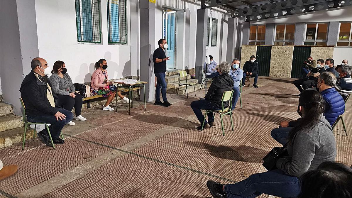 Asamblea de hosteleros en el colegio de Reibón, en Moaña, con la presidenta, sentada (centro). |   // S.Á