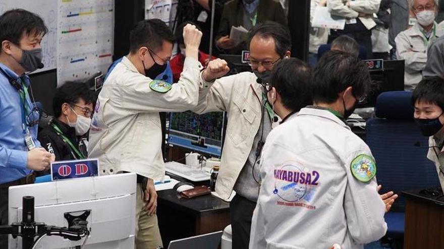 Una cápsula japonesa extrae los primeros restos bajo la superficie de un asteroide