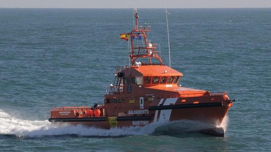 Mueren cinco personas de un cayuco rescatado a 250 kilómetros de Canarias