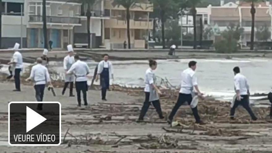L'equip del Miramar, del xef Paco Pérez, recull plàstics a la platja del port de Llançà