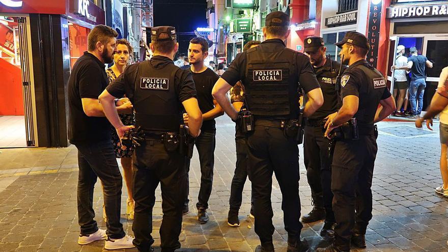 Lanzan piedras contra los policías que tratan de disolver botellones en Sant Antoni