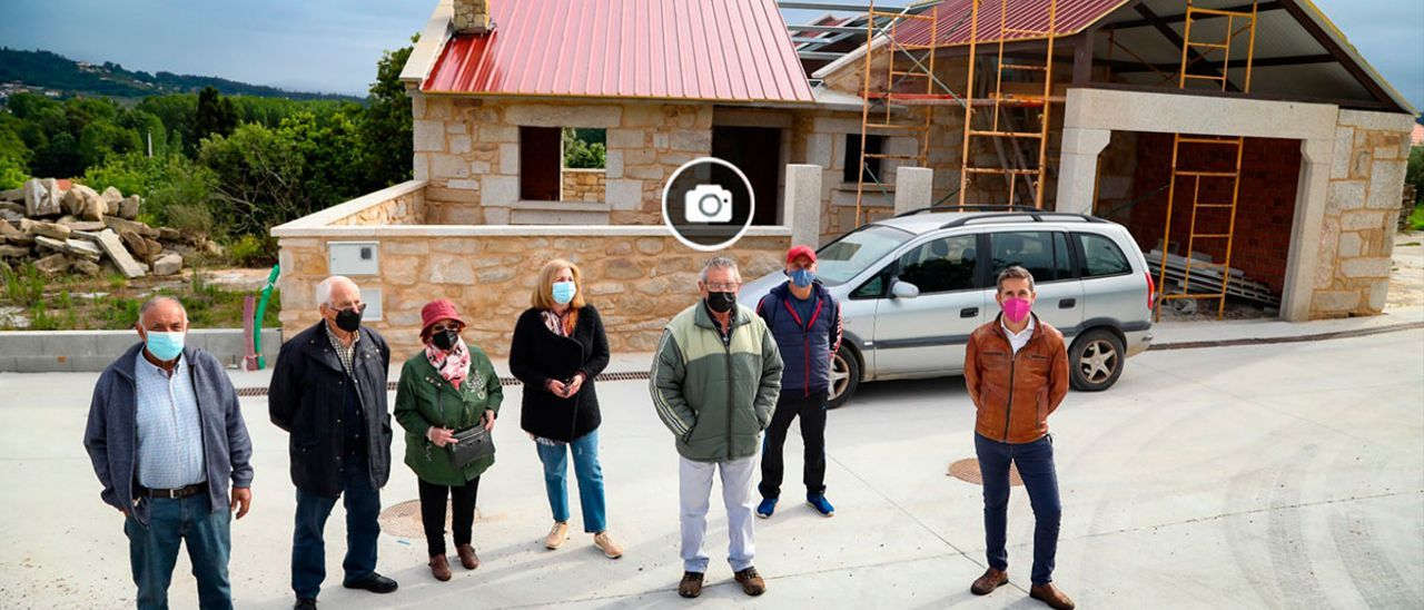 Un grupo de afectados de Paramos, ante la casa del matrimonio fallecido en la explosión que está en rehabilitación.