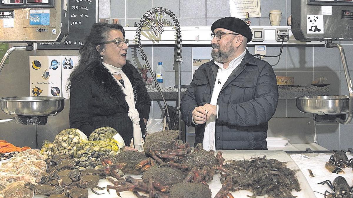 Rivadulla Corcón fala coa peixeira Mery, no seu posto da coruñesa praza de Lugo.  | // TVG