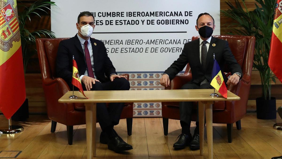 El presidente del gobierno, Pedro Sánchez, junto al jefe de gobierno de Andorrra, Xavier Espot.