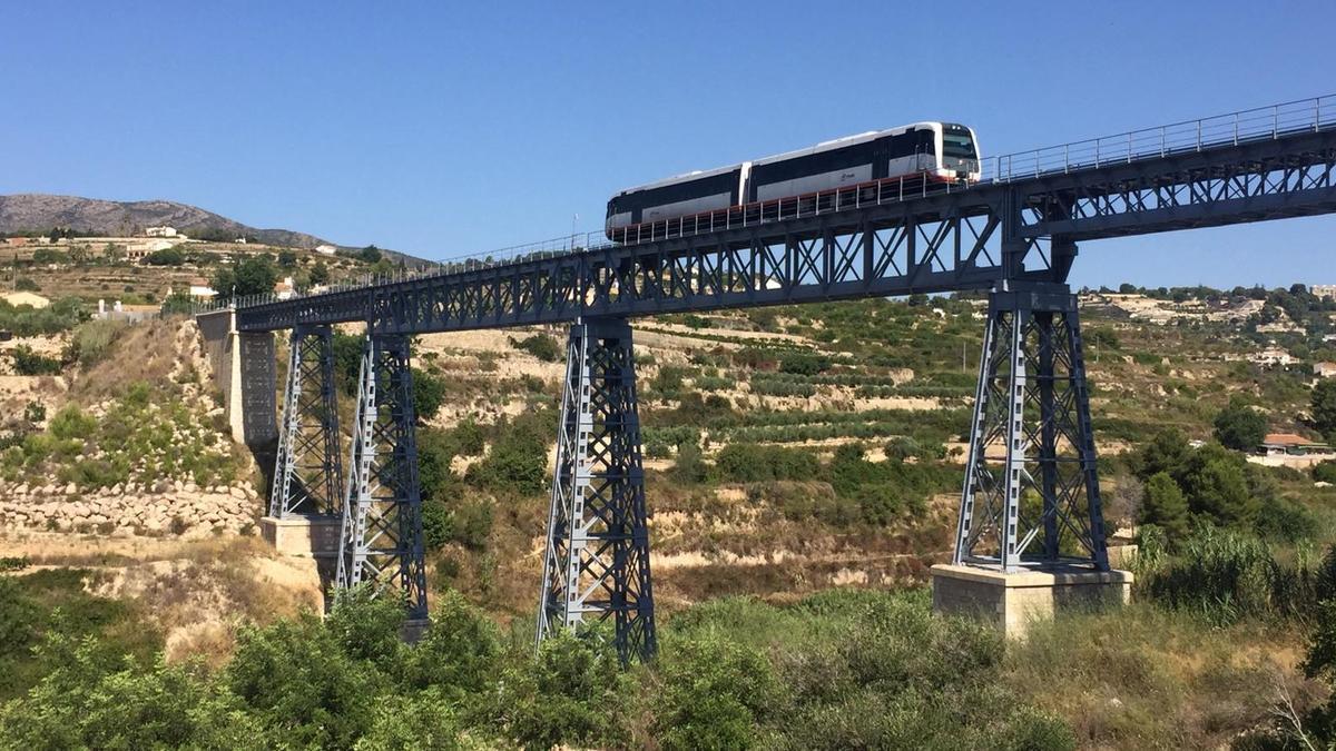 Un tren pasa por el restaurado viaducto del Quisi de Benissa