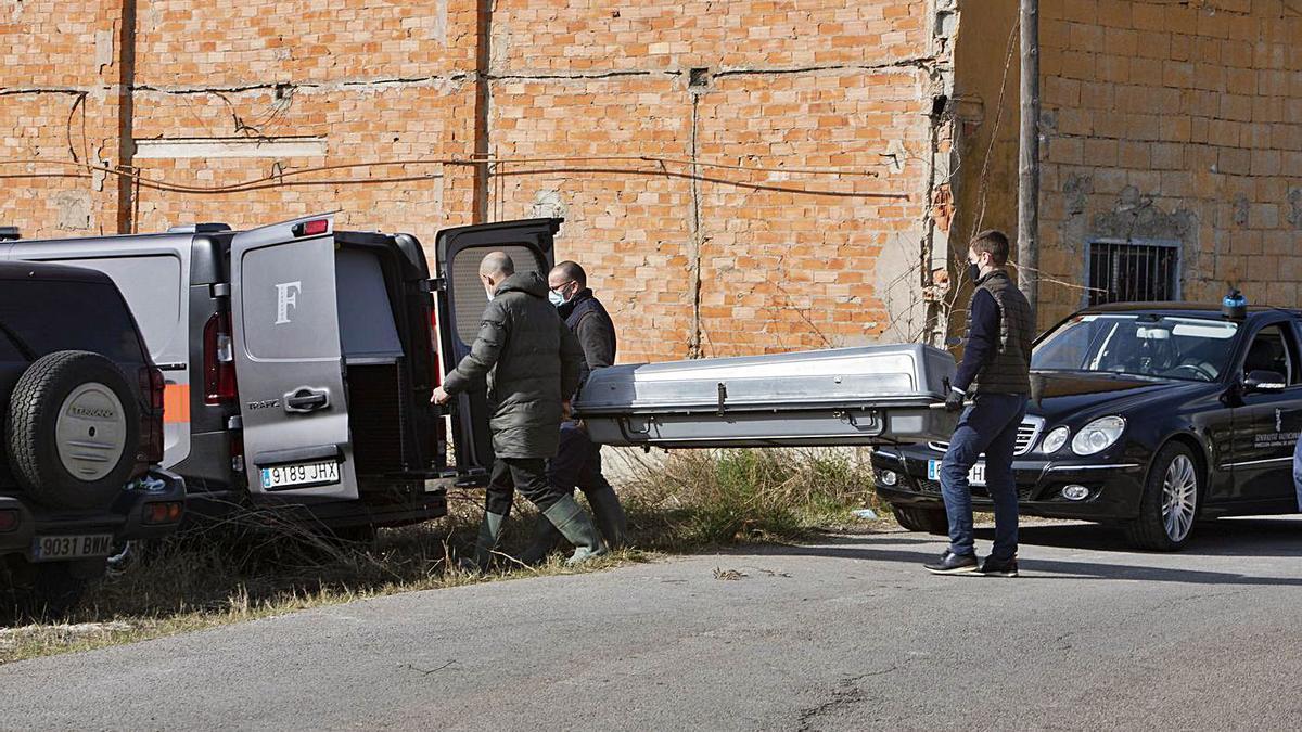 Los operarios de la funeraria trasladan el cadáver del hombre muerto en Aielo de Malferit. | PERALES IBORRA