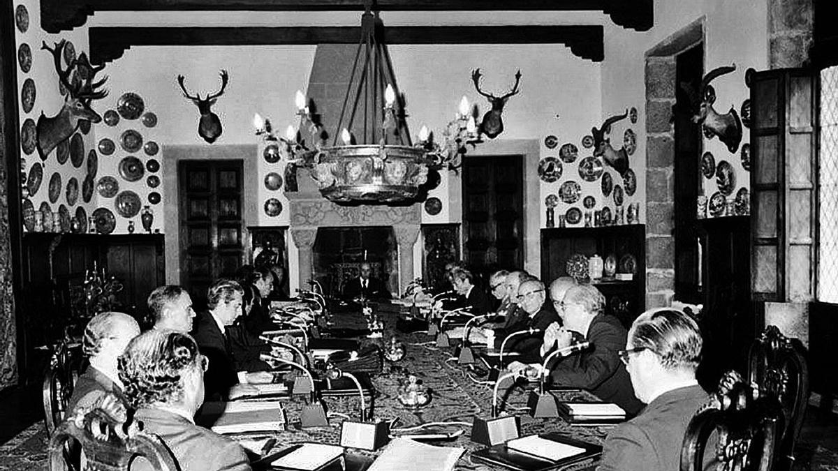 Franco, al fondo, preside un consejo de ministros en el pazo de Meirás.   | // L.O.
