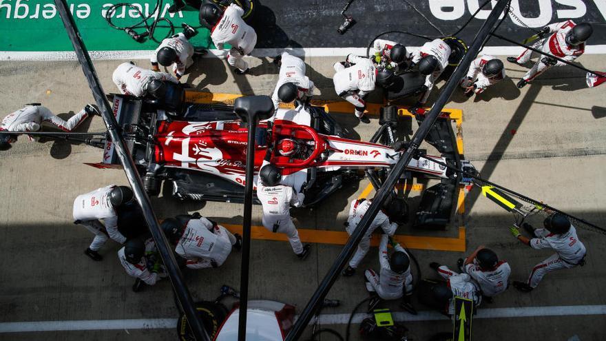 Una punxada no evita el triomf de Lewis Hamilton però sí un quart lloc de Sainz