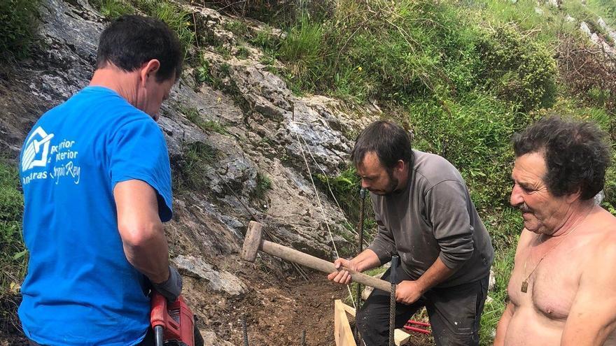Continúan los adovejos para la mejora de la calzada romana de Caoru, en Cabrales
