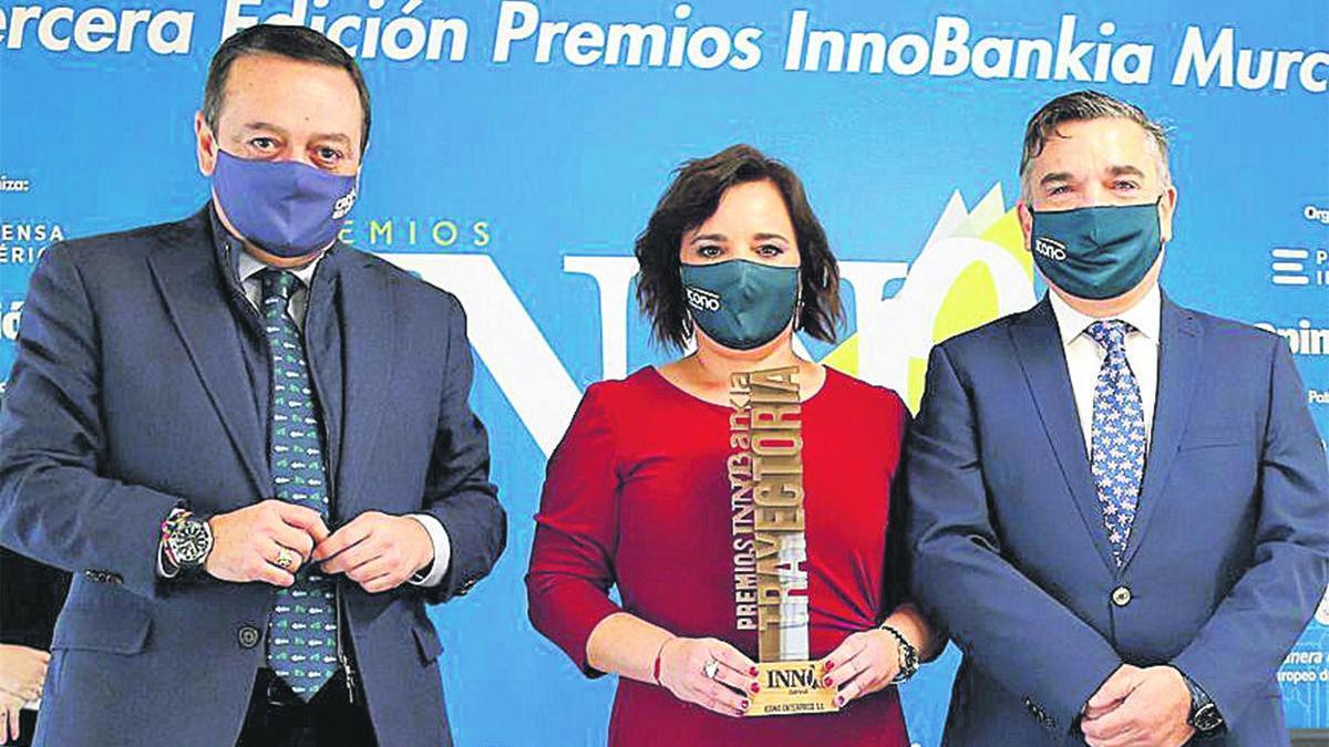 José María Albarracín, presidente de CROEM, fue el encargado de entregar el premio a Jesús Sevilla, director general de Icono Enterprise; y Marita Dólera, responsable de Recursos Humanos.