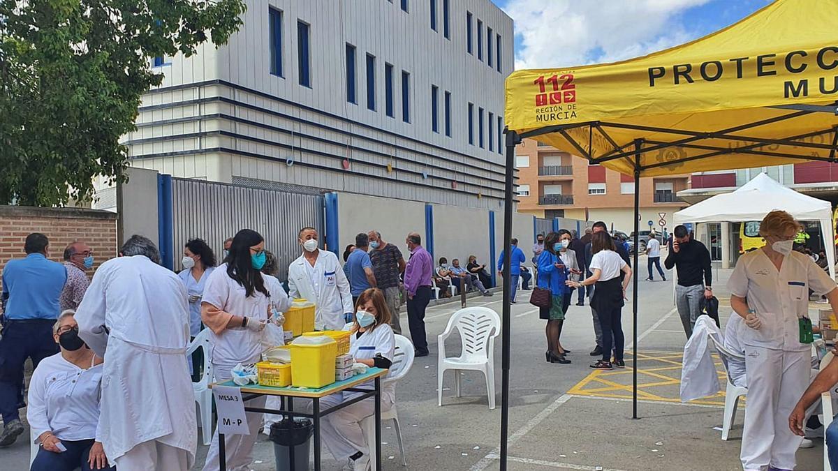 Vacunación masiva ayer en el pabellón municipald e Mula.