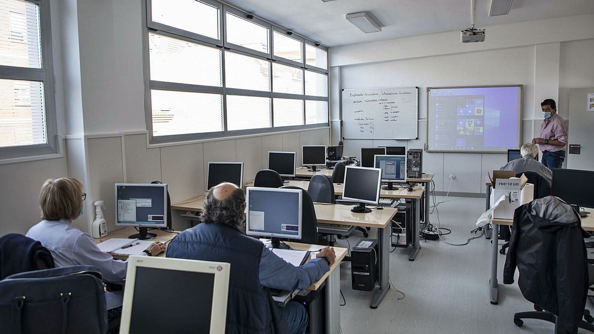 Aula de informática del Centro de Adultos, donde varios alumnos atienden las explicaciones del profesor.   Nico Rodríguez