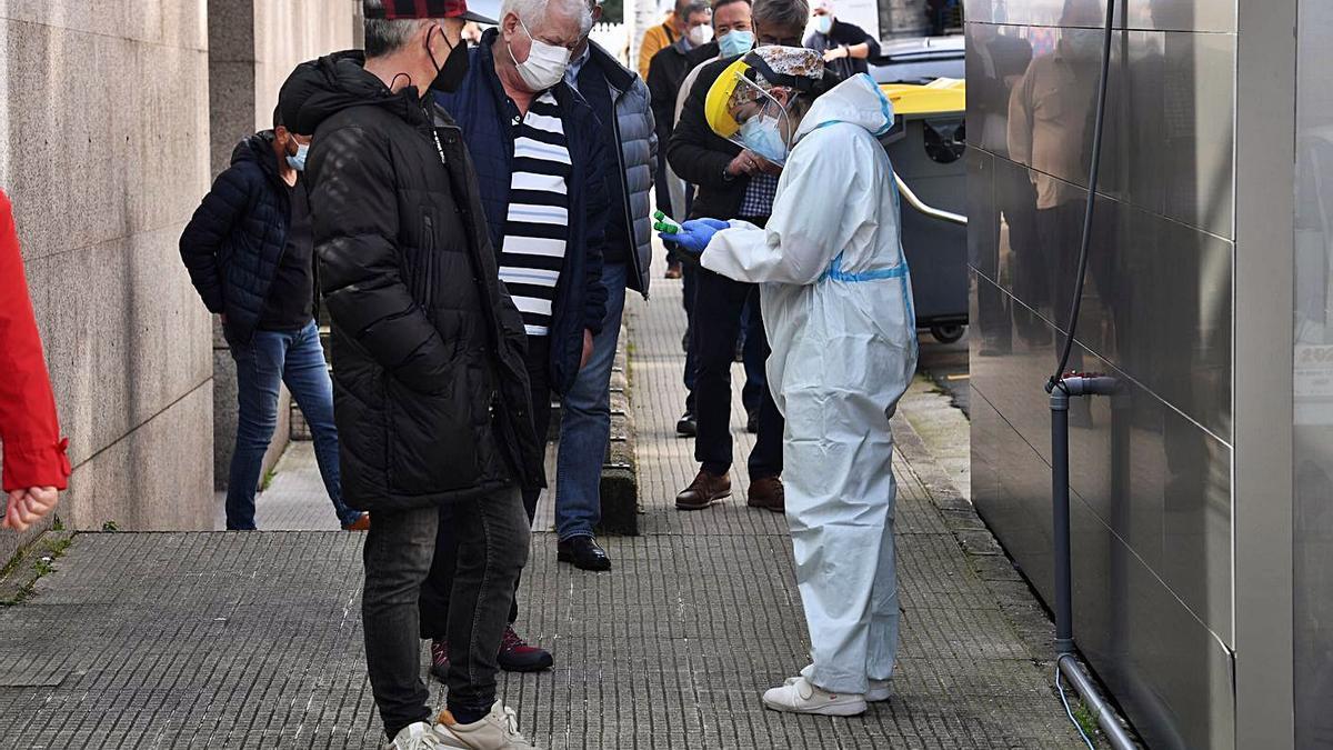 Participantes en el cribado a coruñeses de 60 a 70 años, en el 'covidauto' de O Ventorrillo. |   // C. PARDELLAS