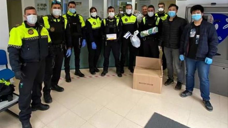Un bazar chino entrega a la policía de Calp 33 cajas de guantes y 200 mascarillas