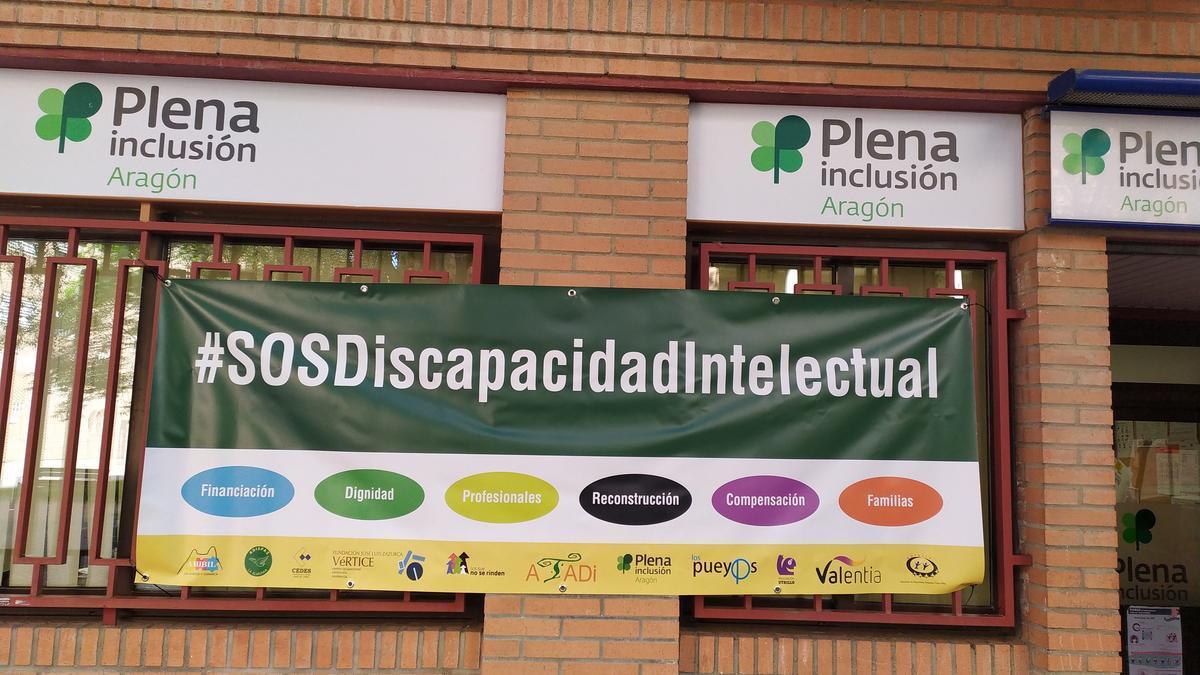 Pancarta en la fachada de Plena Inclusión.