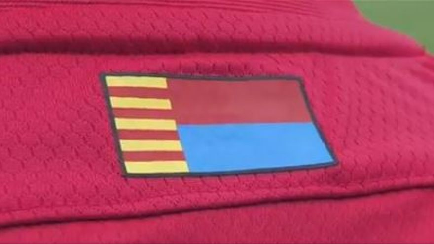 La segunda equipación del Elche será roja con la franja azul, los colores de la ciudad