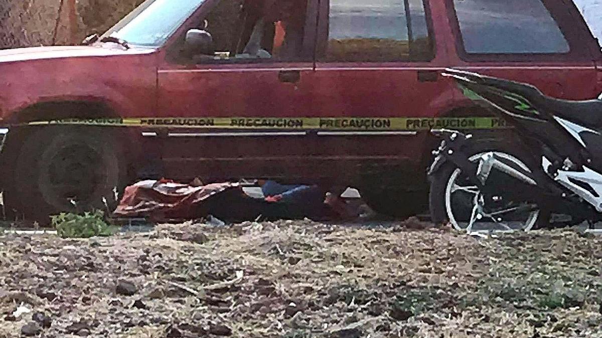 El cuerpo de la víctima, tapado por una manta.
