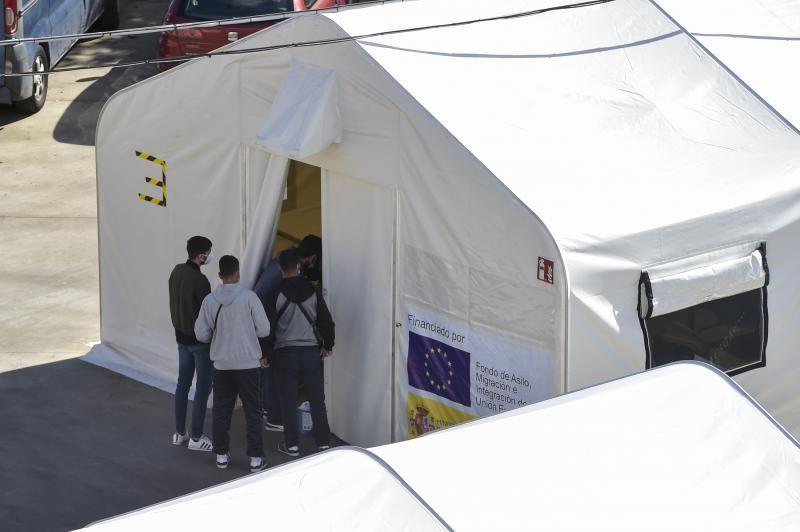 Campamento de inmigrantes en el colegio León