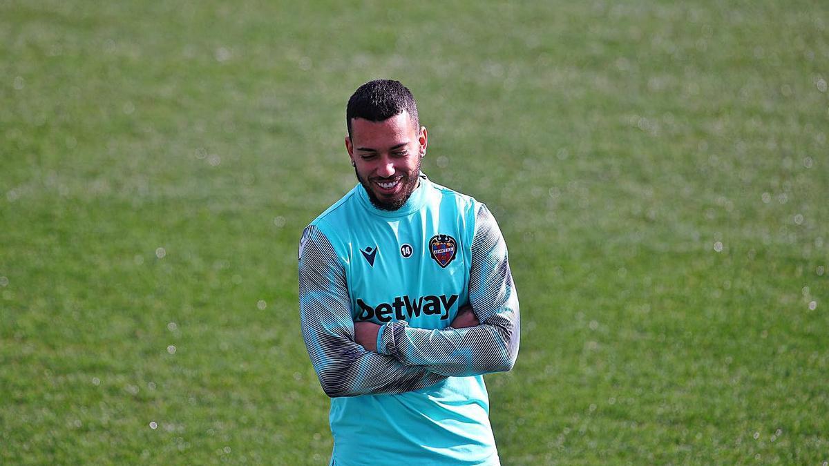 Rúben Vezo somriu durant un entrenament al Ciutat de València. | J.M. LÓPEZ